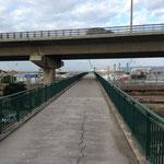 Je passe sur les voies ferrées du port et sous l'A55