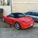 Un passionné de voiture est venu voir l'avancement de sa DS en Porsche