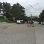 Des groupes de marcheurs se retrouvent sur le parking de Luminy