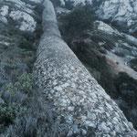 La cheminée en pierre qui monte jusqu'en haut