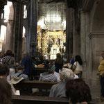 Dès 10h30 les fidèles arrivent pour la messe de midi