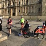 Un pèlerin venant de Paris en fauteuil roulant