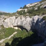Quelques grottes dans la falaise