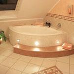 Badewanne mit Beleuchteter Schürze und vorgelagerter Treppe