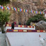 洞窟に建つチベット寺院