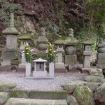 御廟所左・富木常忍母の墓