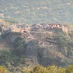 多宝山から霊鷲山を見下ろす