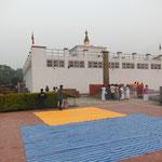 アショカピラーと印となるマーカーストーンがある遺跡。屋上はマヤ寺院