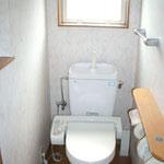 窓付きのシャワートイレ。棚もあります