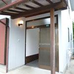 玄関入口戸は左右に開く引き戸