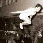 1956: Sprung über dem Pferd