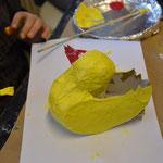Das Huhn mit Gouache-oder Deckfarben bemalen.