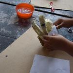 Der Hühnerkörper wurde aus einer großen und einer kleinen Kugel Zeitungspapier geformt.