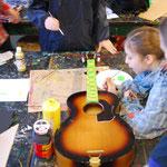 Eine kaputte Gitarre erhält neuen Glanz