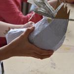 Die fertige Hühnerskulptur mit weißem, dünnen Papier 1x kaschieren.