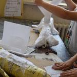 Dann wird die Figur mit dünnem weißen Papier (Kopierpapier) eingekleistert.