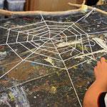 Das Netz wird mit Wolle in den Rahmen gewebt.