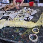 Das Malerkreppband gibt der Figur Stabilität