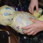 Kopf, Körper und Gliedmaßen werden mit Malerkreppband montiert.