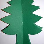 2 ausgeschnittenen Tannenbäume zusammentackern
