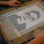 Das Pauspapier wird auf das konvertierte Foto gelegt.