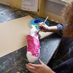Dann werden sie mit Acrylfarben oder Gouache bemalt.