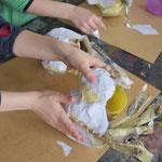 Flügel, Hühnerkamm und Schnabel aus Pappe ausschneiden, mit Malerkrepp oder Klebepistole an den Körper kleben.