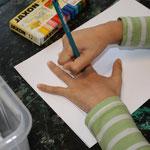 Für den Handschuh machen die  Schüler eine Umrisszeichnug von ihrer Hand.
