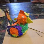 Die Hühner mit allem möglichen Dekomaterialen , die es zu Ostern gibt verzieren und evtl. Nester bauen.