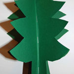 Tannenbaum ein wenig auffalten, in die Spitze ein Geschenkband tackern