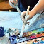 Der Hintergund wird auf A3 Papier mit blauen Deckfarben gemalt, das Deckweiß kann aus der Tube direkt auf das Bild gedrückt werden!