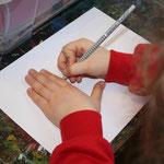 Fausthandschuhe und Fingerhandschuhe mit Deckfarben oder Ölkreide in bunten Mustern ausmalen.
