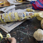 Zeitungspapier ( evtl. mit Plastikflasche) in die Form des Fisches/ Tieres knuddeln und mit Malerkrepp fixieren