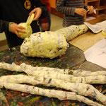 Körper und Gliedmaßen werden aus Zeitungspapier geformt.