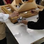 キャンヴァスをクラフト紙で平滑化する作業