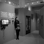 """Aga Pinkosz in der Ausstellung """"Fighting City 1939–1945"""" die von ihr gestaltet wurde."""