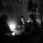 """Nach der Sabbat Feier, ein Bier in der trendigen Bar """"Eszeweria""""."""