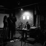 Spontane Chanson Performance in einem Kleintheater um fünf Uhr morgens.