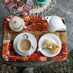 Eine Tasse Kaffee nebst Milch - wie gewünscht - und Kuchen war auch noch übrig