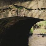 Une date inscrite sur une pierre de l'arche du pont de Larmurey : 1767