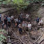 Le groupe de l'Association française de karstologie dans une perte du réseau de Naudonnet, au bois de La Lanne.