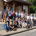 Les membres de l'Association française de karstologie devant la salle des fêtes d'Escoussans