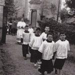 Enfants de choeur (d'avant en arrière : Didier Tainguy et Jacky Gaye ; Jean Garineau et André Fourcassies : Jean-Michel Riot et Frédéric Maurin ; Michel Fourcassies), suivis par le père de Bruyne.