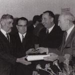Le bouilleur de cru Joseph Martin (à gauche) recevant la médaille d'argent de l'artisanat.