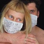 """Maske 26 """"There is no place like home"""" von Magdalena Pelmus, 2020, Leinen weiß, Innenseite Baumwolle rot, handgenäht, Gummiband,  Stofffarbe / Einzelstück"""