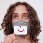 """Maske 8 """"smiley-Kärtchen-Serie"""" von Haldis Scheicher, 2020, bemalte und foliierte Kartonkärtchen, wahlweise mit Öse und gewachster Baumwollschnur oder als Kärtchen für die Brieftasche / Kleinserie / Foto: Dora Kuthy"""