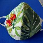 """Maske """"Dschungelblumen"""" von Mode SchnittStelle / Doris Strasser + Daniela Daskalova, 2020, Reine Baumwolle, bestickt, Innenfutter, Innentasche für Filter / Preis: EUR 25 inkl. USt."""
