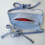 "Maske ""Beissverschluß"" von Bettina Laimer, recyclete Jeans, genäht, Zip Unikat, Preis EUR 60 inkl. USt."