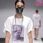 """Maske 11 """"... our future"""" von VERESA EYBL, 2018, Neopren-Atemschutzmaske, Kunststoffperlen, Edelstahlkette, Foto: MQ ViennaFashionShow"""