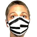 """Maske 18 """"Die Hekatenmasken"""" von Lilian B. Wieser, 2020, zweilagig, 100% Leinen, 100% Baumwolle, Gummiband, genäht, Stoffmalfarbe auf Leinen"""